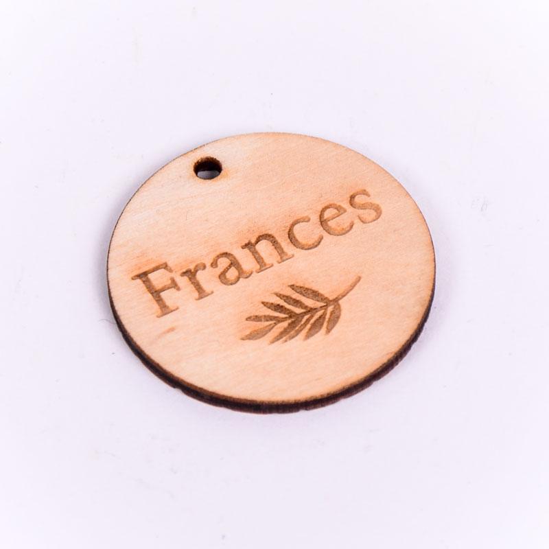 Houten label rond gegraveerd met naam Frances