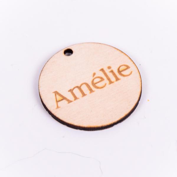 Houten label rond gegraveerd met naam Amélie