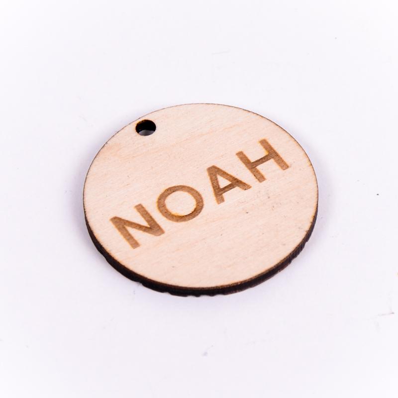 Houten label rond gegraveerd met naam Noah
