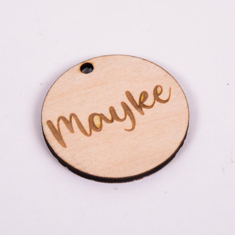 Houten label rond gegraveerd met naam Mayke
