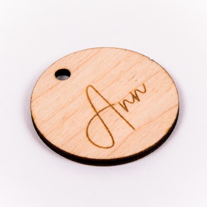 Houten label rond gegraveerd met naam Ann