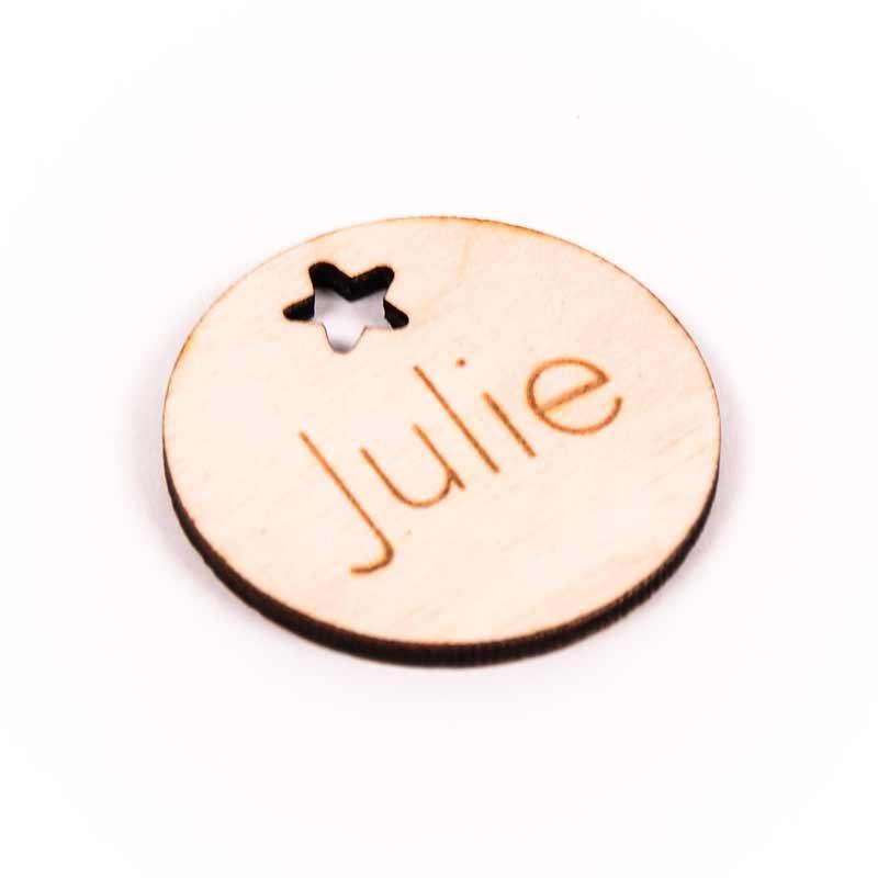 Houten label rond gegraveerd met naam Julie