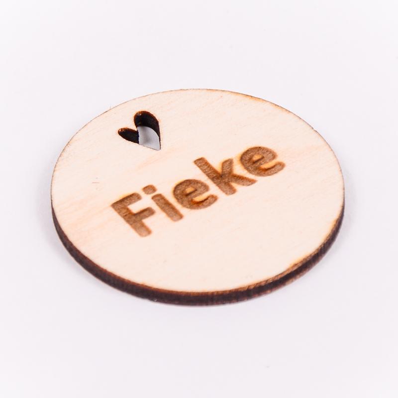 Houten label rond gegraveerd met naam Fieke