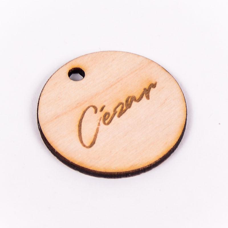 Houten label rond gegraveerd met naam Cézar