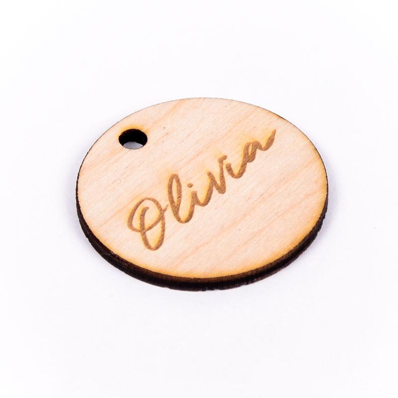 Houten label rond gegraveerd met naam Olivia