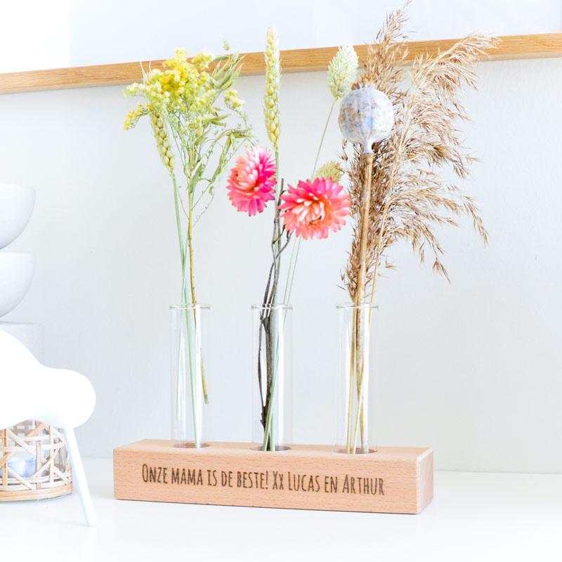 Houten houder gegraveerd met naam incl. 3 buisjes en droogbloemen